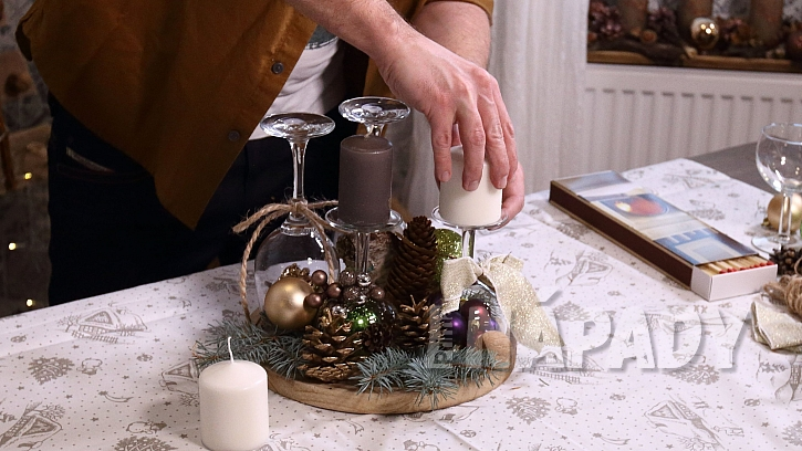 Vánoční svícen ze skleniček: na skleničky upevníme svíčky