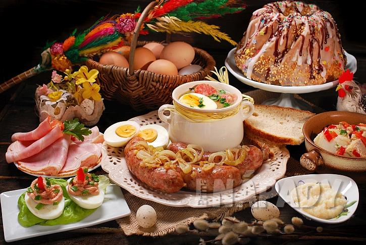 Bohatě prostřený stůl na Boží hod velikonoční (Zdroj: Depositphotos.com)