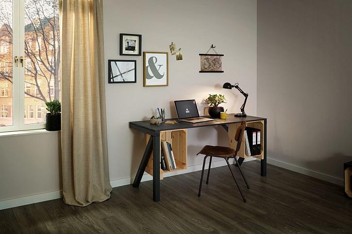 psací stůl z palet a beden