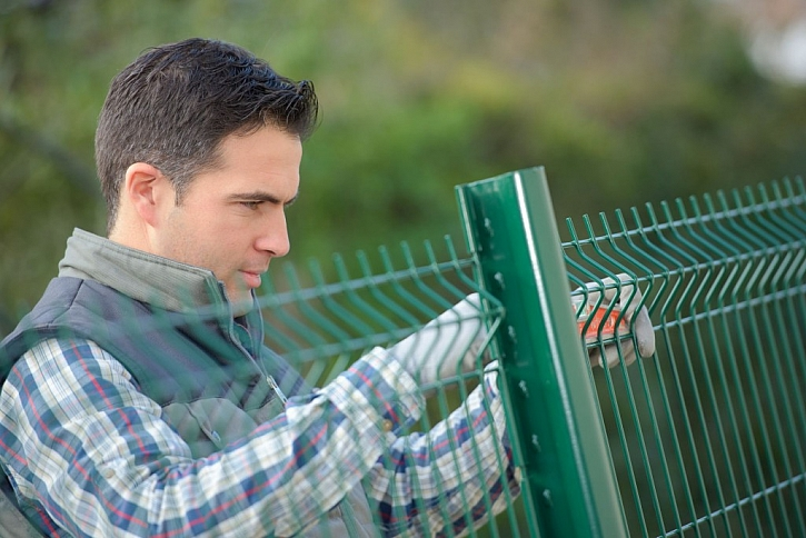 Kovový plot je jednoduchou a vkusnou volbou oplocení pozemku