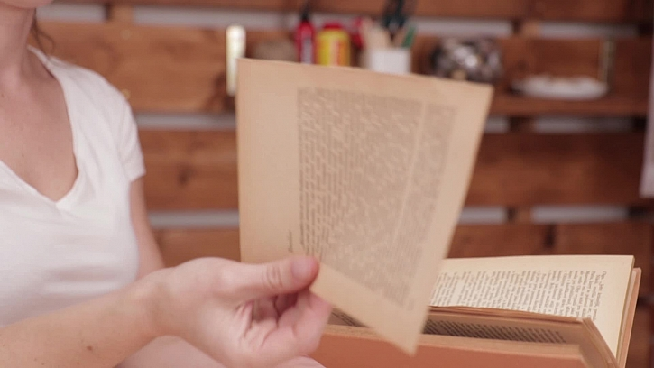 Vyrobte si pěkný svícen ze staré knihy
