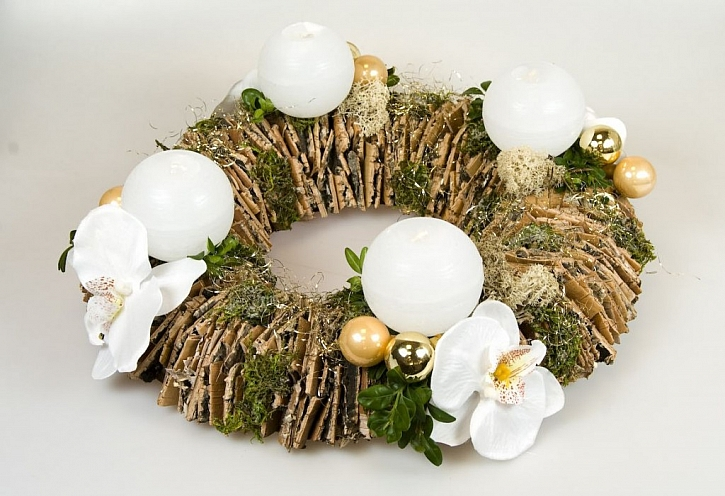 Letos budou bílé Vánoce. Vyrobte si zajímavý adventní věnec.