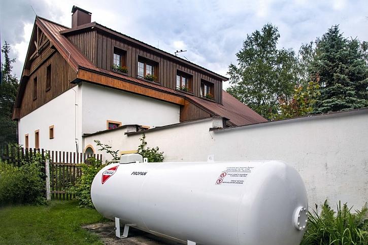 zásobník na plyn u domu