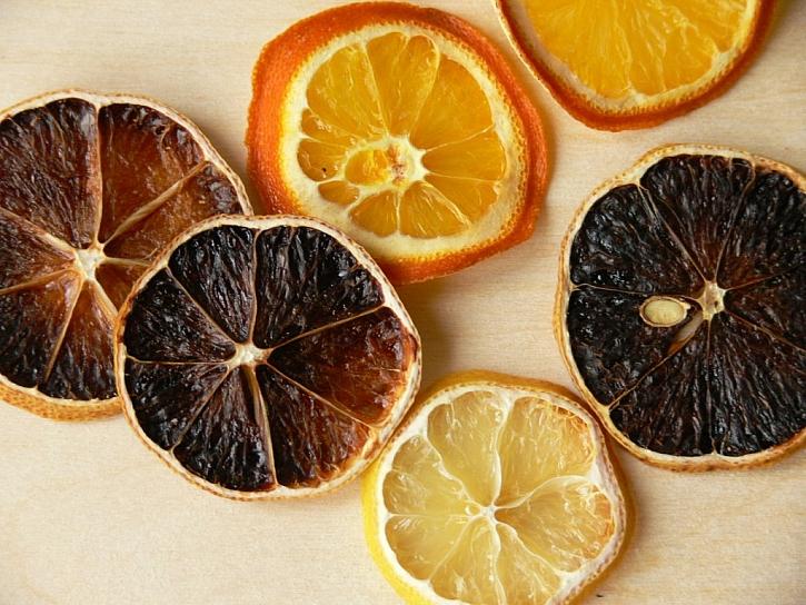 Zdobení svíčky kořením, citrusy a zeleninou