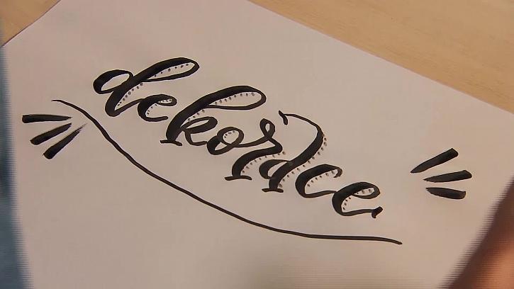 Cedule s krasopisným nápisem