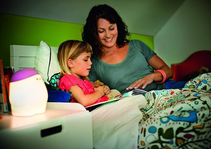 Maminka přečte pohádku a pak už v pokojíku zůstane s mrńousem svítící kamarád