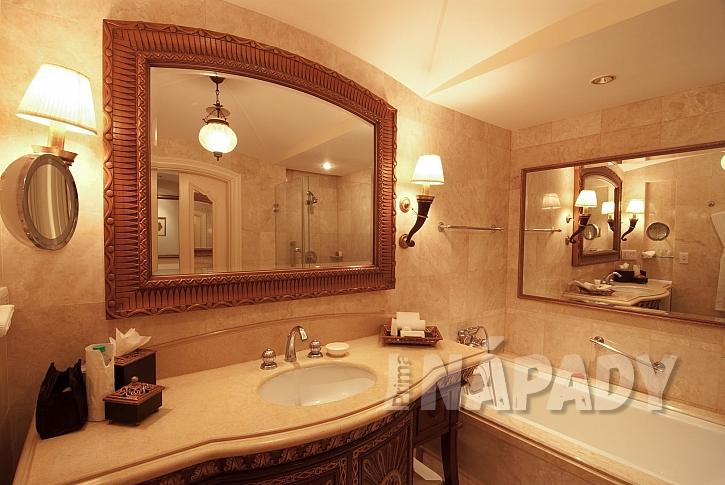 Koupelna se zrcadlem nad umyvadlem a nad vanou