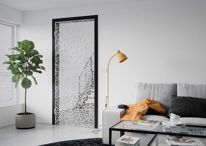 Dřevěné funkční panely ve skleněné stěně