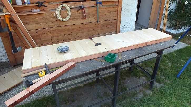 Jak vyrobit přístřešek na dřevo: před spojením je vhodné palubkovou plochu povrchově upravit