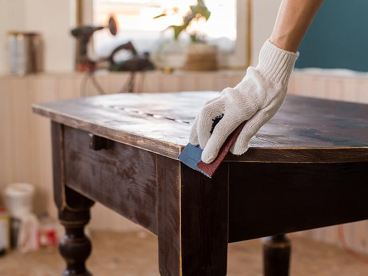 Na podzim je vhodná doba pro restaurování nábytku (Zdroj: Depositphotos)