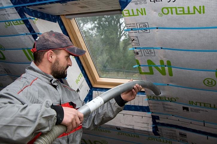 Zateplení šikmých střech s odvětrávanou vzduchovou mezerou s celulózovou izolací Climatizer Plus. Zlepší akumulační vlastnosti stavby – v létě je v podkroví chládek, v zimě teplo.