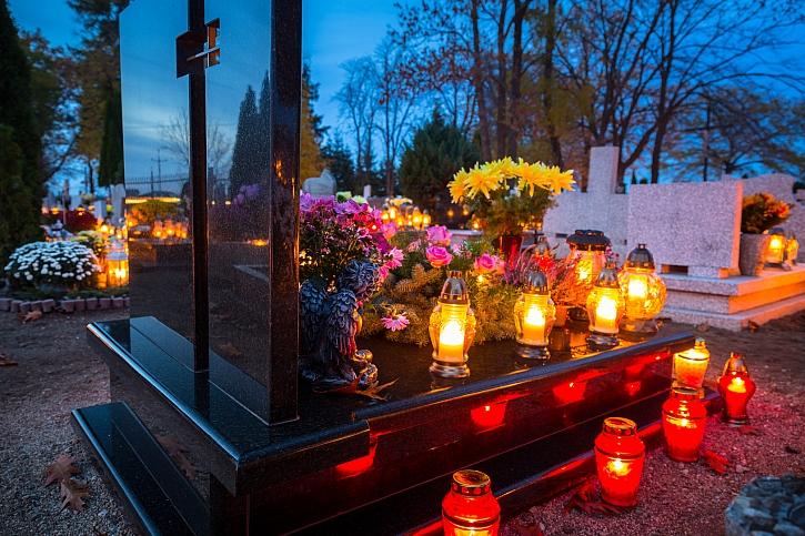 Zapálené svíčky na hrobě