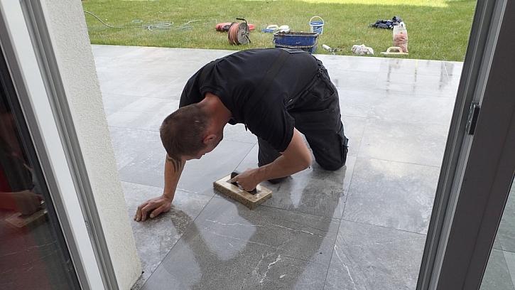 Správný výběr spárovací hmoty. Vysoce flexibilní spárovací hmota pro spárování dlažeb na terasách.
