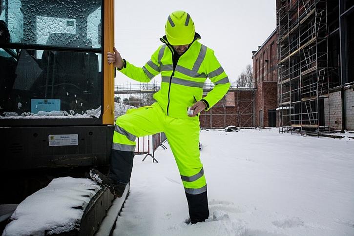 Zateplená bunda s reflexními pruhy a odepínatelnou vrchní větrovkou a rukávy je vhodná pro práce, kde se rychle střídají podmínky. Díky voděodolnosti nehrozí promočení, ale bunda zároveň skvěle větrá.