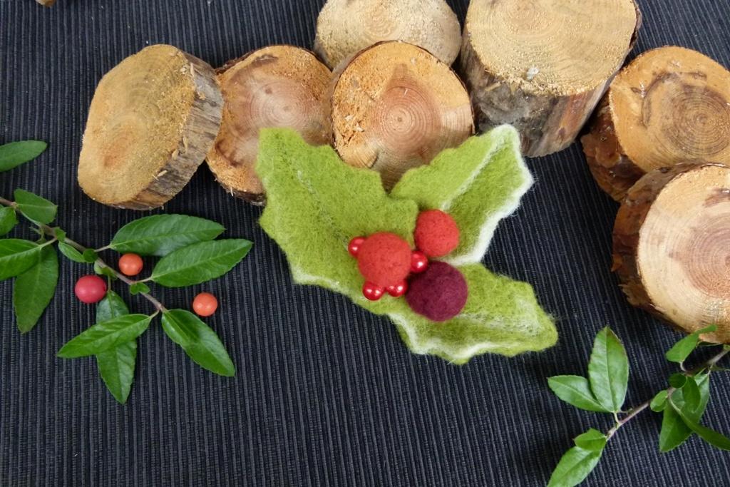 Vánoční cesmína: Plstěná brož na zimní kabát