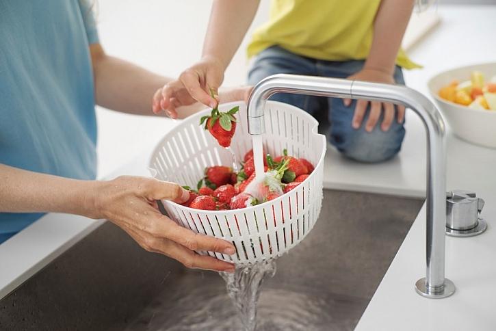Mísa s podélnými otvory, kterou lze použít jako síto při oplachování zeleniny či ovoce