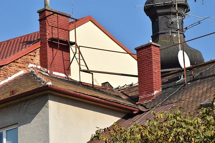 Ukázka nainstalované kominické lávky na komínu a střeše