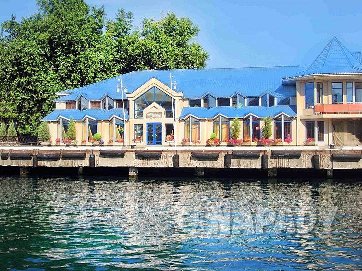 Chata na vodě s modrou střecho