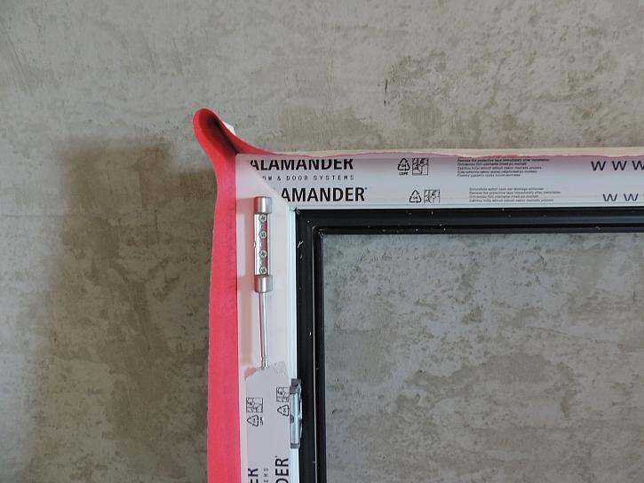 správné provedení nalepení folie v rohu okna_detail_foto_zdroj_VEKRA.JPG