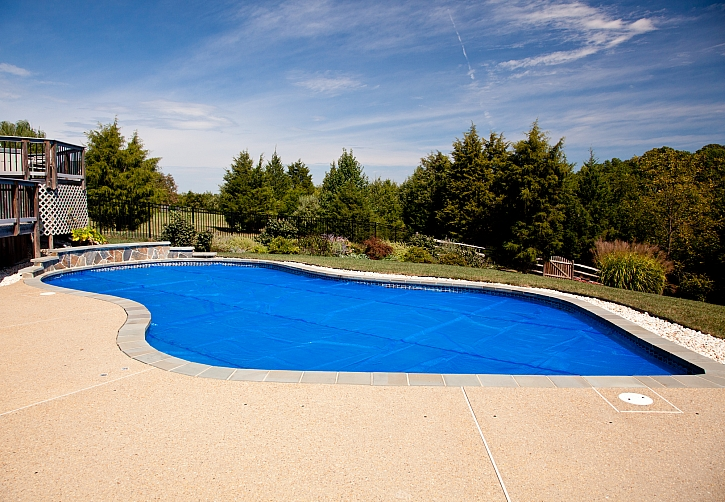 Ohřev bazénové vody pomocí solárních panelů (Zdroj: Depositphotos)