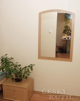 Pověšení zrcadla na stěnu