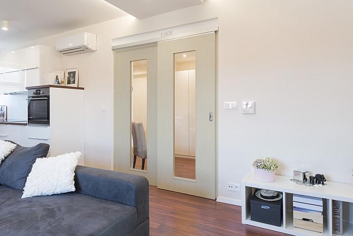 Prosklené dveře v pokoji
