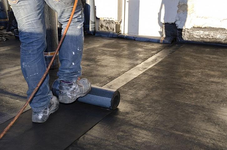 Hydroizolace podlahy připravenými pásy z nepropustného materiálu