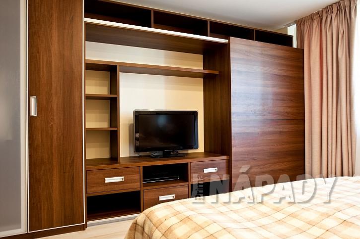 Vestavěná skříň s obývací stěnou