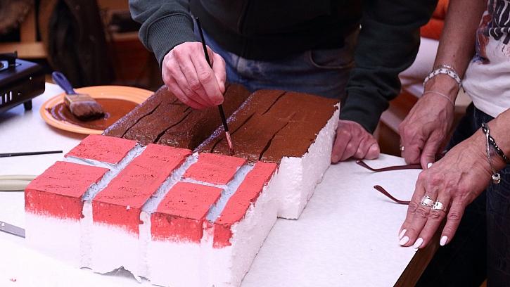 Jak vyrobit krb z polystyrenu: upravený polystyren natřeme hnědou a červenou barvou