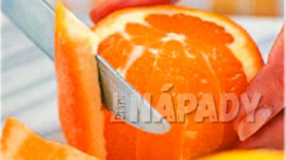 Jak udělat z pomeranče filátka: ostrým nožem okrájíme kůru pomeranče