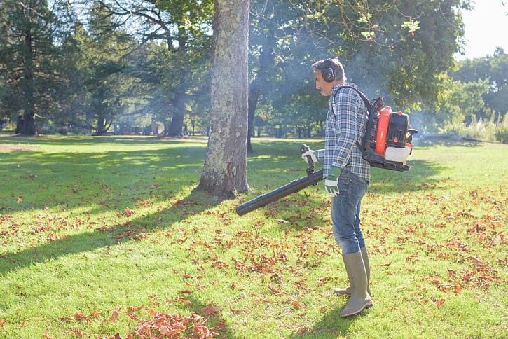 Z velkých ploch snadno listí uklidíte benzínovým fukarem, na ty malé postačí ten s přípojkou do elektrické sítě