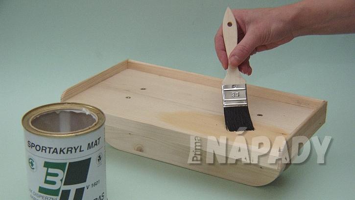 Jak vyrobit poličku na zábradlí: hotovou poličku natřeme