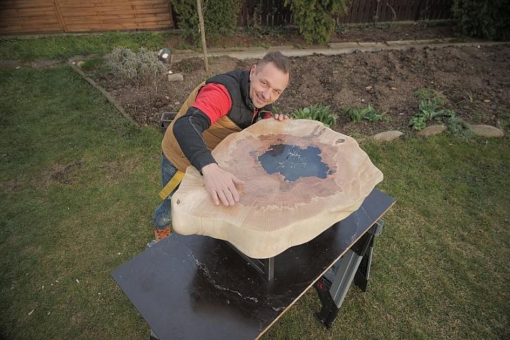 Pepa Libický vyrábí stolek
