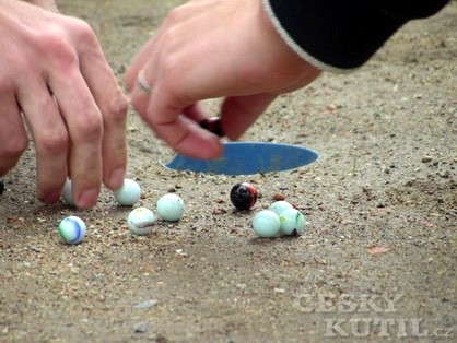 Cvrnkání kuliček není zábava jen pro malé kluky