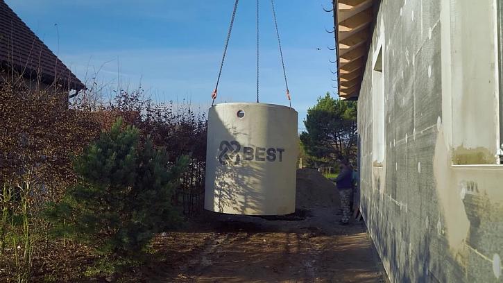 Přijela těžká technika a betonovou jímku jsme umístili do jámy