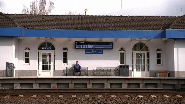 Šikovný kutil si vyrobil funkční repliku železničního přejezdu