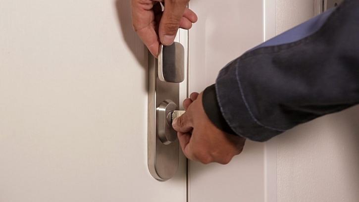 Výměna starých dveří za bezpečnostní krok za krokem