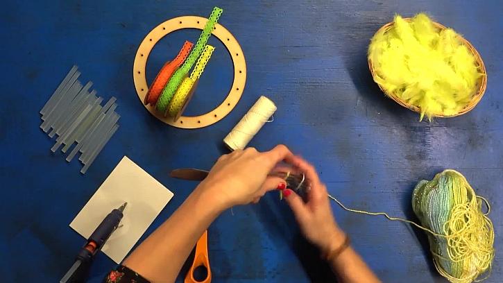 Jak vyrobit dekorativní bambulkový věnec