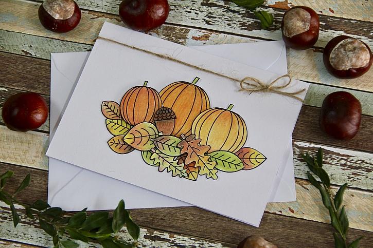 Hotové podzimní přáníčko s motivem dýní je pěkným dárkem (Zdroj: Katka Dachovská)