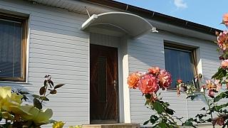 Moderní způsob, jak nad vchodové dveře rychle připevnit stříšku