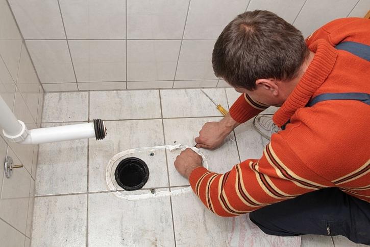 Po odstranění staré záchodové mísy je třeba z podlahy odstranit starý silikon, vyčistit ji a odmastit