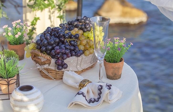 Květiny na zahradním stolku