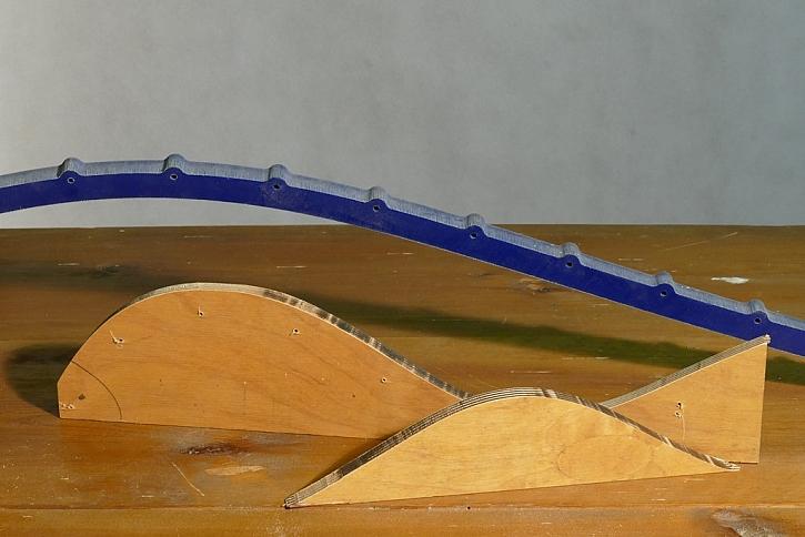 Když materiál pomocí frézy rozdělíte, budete mít k dispozici i negativní tvar oblouku