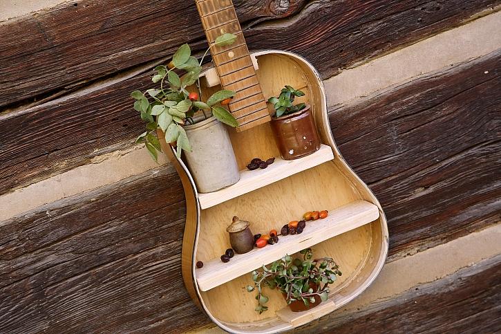 Jak proměnit rozbitou kytaru na dekorační polici (Zdroj: Archiv FTV Prima)