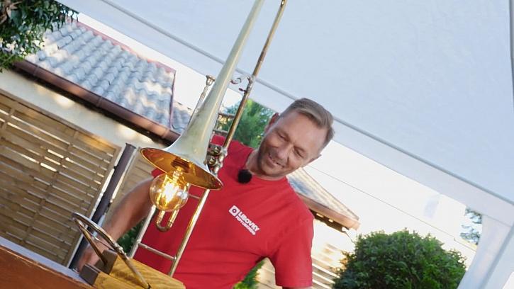 Pepa Libický vyrábí lampu z trombonu