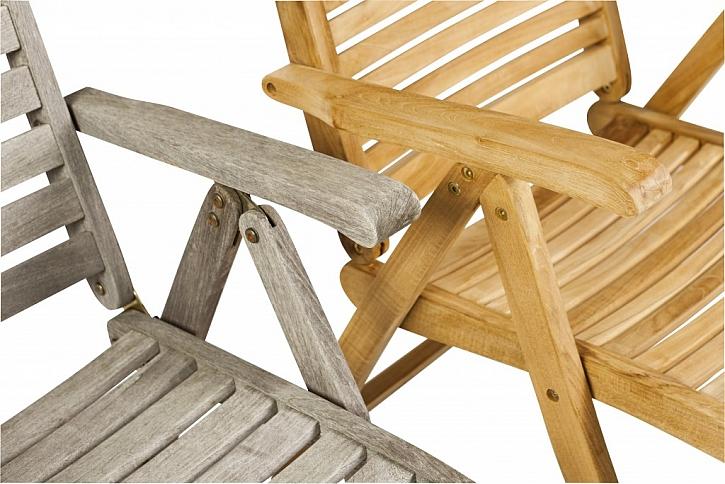 Jestliže teakový nábytek neošetřujete teakovým olejem, získá pěknou stříbrnošedou patinu. V opačném případě se chlubí medovým zbarvením.