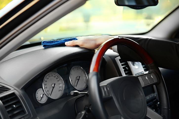 čištění palubní desky auta
