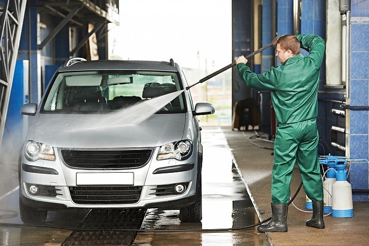 Pořádná očista automobilu po zimě začíná důkladným umytím (Zdroj: Depositphotos)