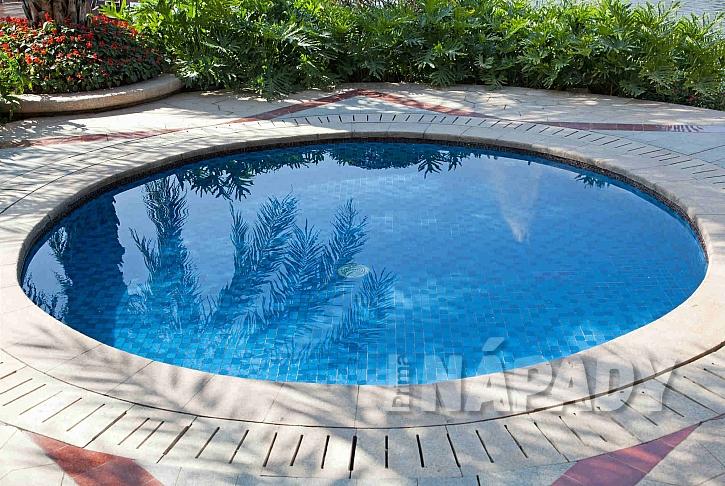 Zapuštěný bazén s dlaždicovou mozaikou