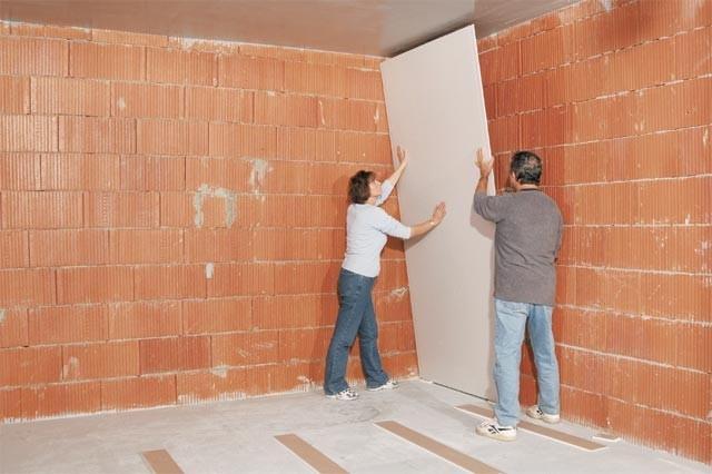 Lepení sádrokartonového obkladu stěn